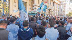 Bronca callejera. El jueves pasado el gremio de los choferes (UTA) protagonizó una masiva y ruidosa protesta para exigir el cobro total de abril.