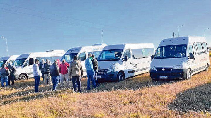Unidos en el reclamo. Dueños y empleados de las unidades de transportes esperan respuestas a sus pedidos.