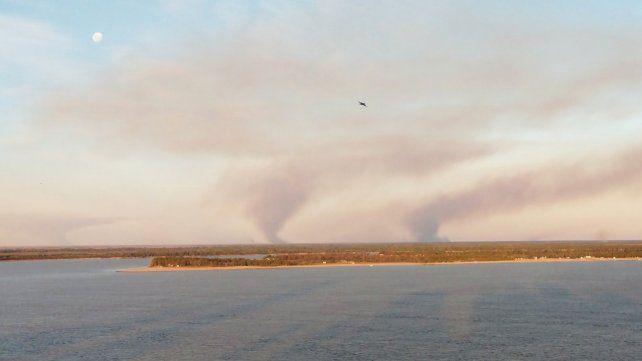 Una imagen repetida: humo en las islas frente a Rosario