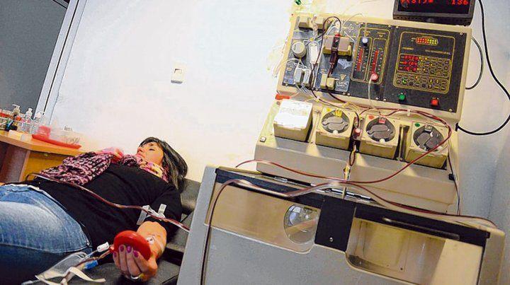 En investigación. Los primeros tratamientos con plasma en Buenos Aires resultaron exitosos.