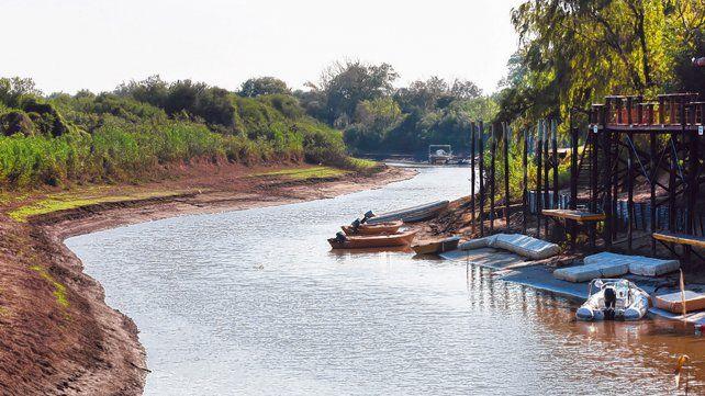 Sin movimiento. Botes varados debido a la falta de agua en riachos y lagunas.