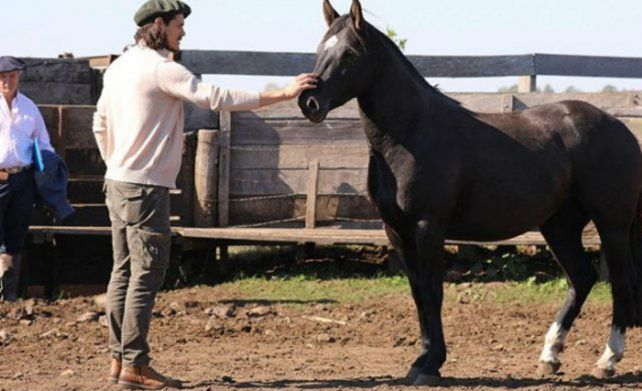 Edinson Cavani entrena cortando yuyos en su campo en Uruguay