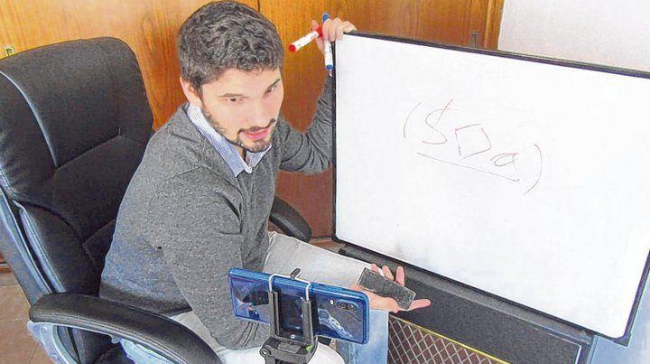 Manuel Calandra hace tutoriales y luego los sube a las cuentas de Instagram y YouTube del proyecto.