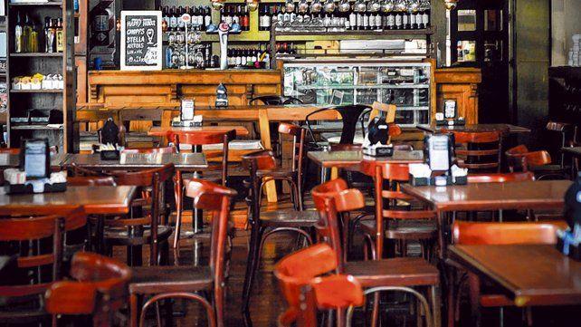 Tiempo de cambios. Las imágenes de bares desiertos comenzarían a cambiar a partir del lunes.