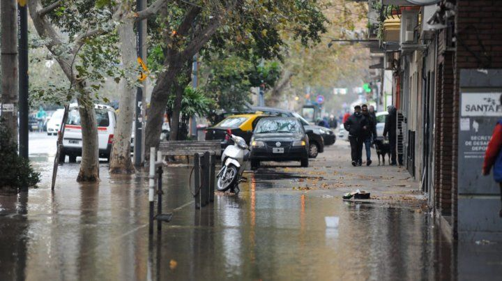 Se rompió un caño maestro en San Martín y Amenábar y en esa zona se formó un inmenso río