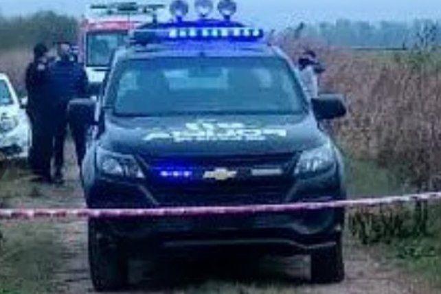 La policía de Roldán trabaja en el lugar donde apareció el cuerpo.