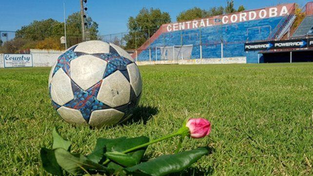 Gabino lloró. Alguien puso la pelota y dejó la rosa ese viernes 8 cuando se conoció la más triste de las noticias. Todo un símbolo de lo que significó Carlovich en Central Córdoba.