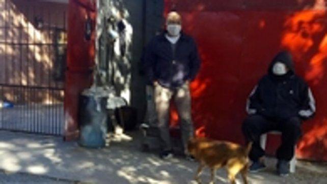 La última foto. En la chapería de su amigo Cotello, la mañana misma del día en que fue atacado. Sentado, con barbijo puesto y la ropa que usó esa tarde trágica mientras conducía su bicicleta.