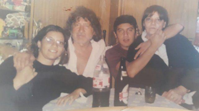 Con Nancy. Trinche abraza a Cintia y Bruno, a Nancy: la familia de cuatro en barrio 7 de Septiembre.