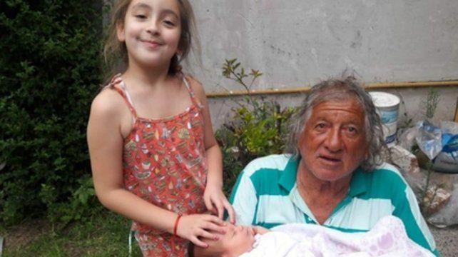 Trinche hace más de un año, con sus bisnietas Pia  y Lola.