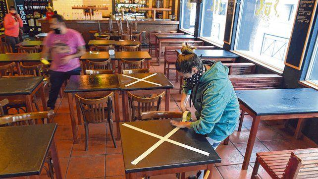 prevención. En los restaurantes marcaban ayer las mesas que no se podrán utilizar para mantener el distanciamiento social y obligatorio.
