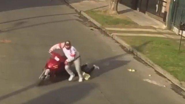 Un motochorro arrastró a una mujer para robarle la cartera