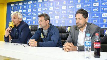 ¿Se repetirá? Los directivos canallas presentaban a Diego Cocca cuando asumió como entrenador. Ahora negocian la renovación.