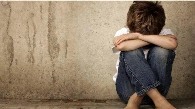 Un nene de siete años fue abusado por dos amigos con un palo de escoba