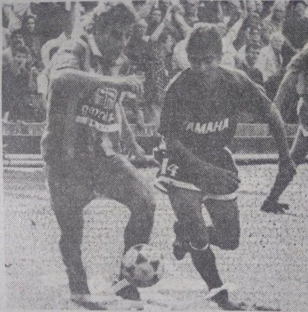 Otra escena del clásico. Alex Rossi maniobrando con la marca de Marcelo Escudero.