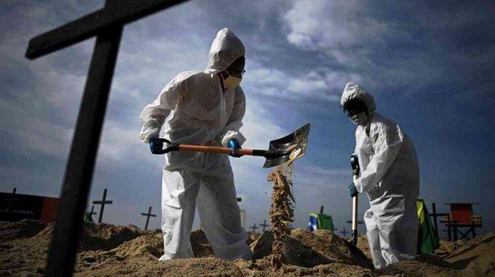 Brasil tiene casi 900.000 contagios y más de 43.000 muertes por coronavirus