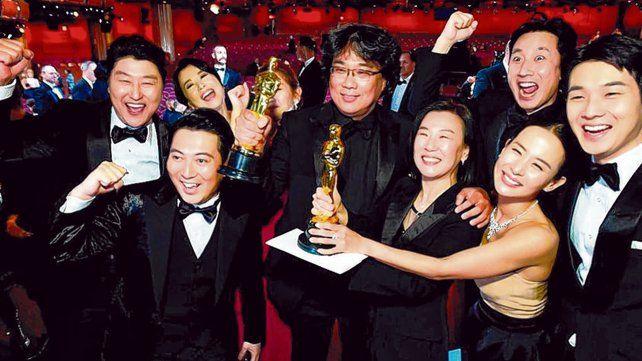 """¿Juntos por última vez? Así festejaron este año los ganadores de """"Parasite"""", con Bong Joon Ho a la cabeza."""