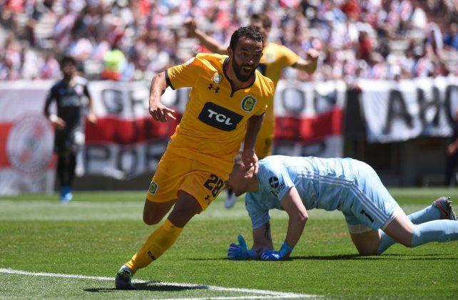 Gamba grita el gol ante River en el Monumental.