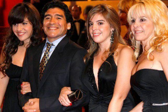 Los Maradona en familia y en una época donde la felicidad era moneda corriente dentro del clan.
