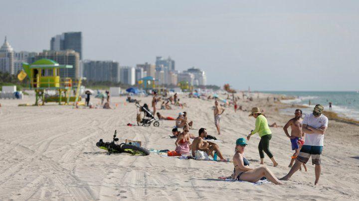 Día de sol. Las playas de Miami abrieron con restricciones
