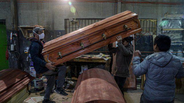 Ciudad de Santiago. Empleados de la fábrica de ataúdes de Nicolas Bergerie trabajan sin descanso.