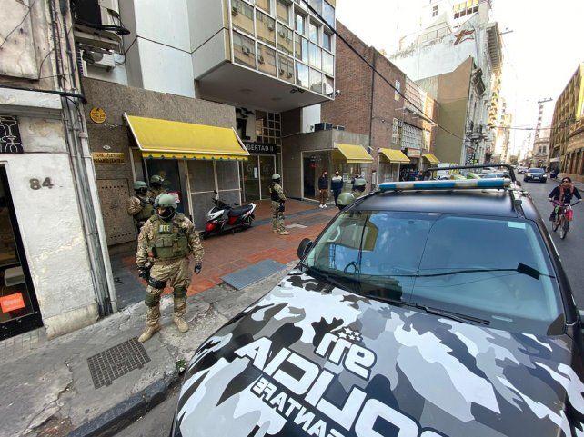 La policía allanó esta tarde la sede del club Rosario Central en pleno centro.