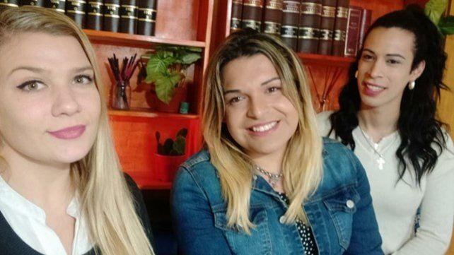 La abogada Antonella Dorato Gassmann junto a sus clientas, Narela y Keila.