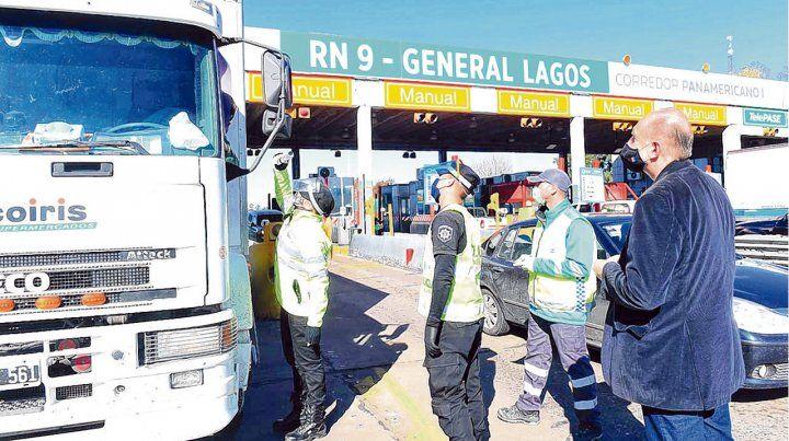 Operativo. El gobernador Perotti supervisa en persona los controles sanitarios en el peaje de General Lagos de la autopista a Buenos Aires.