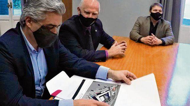 Convenio. La firma del intendente De Grandis y el rector de la UNR.