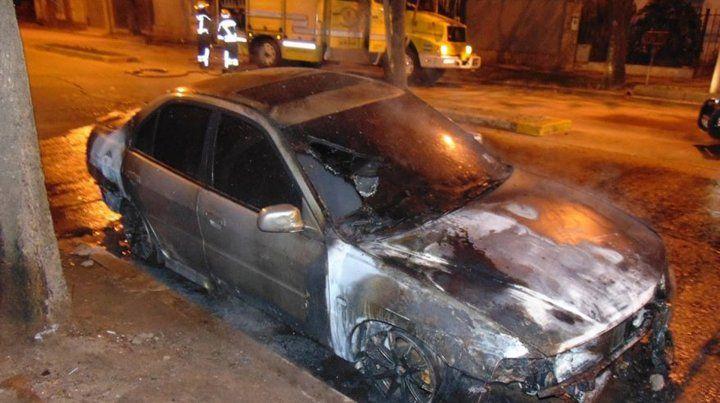 Así quedó el vehículo incendiado de un hombre cuiya pareja