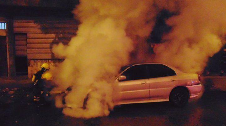 Los bomberos sofocaron el incendio del auto en Venato Tuerto.