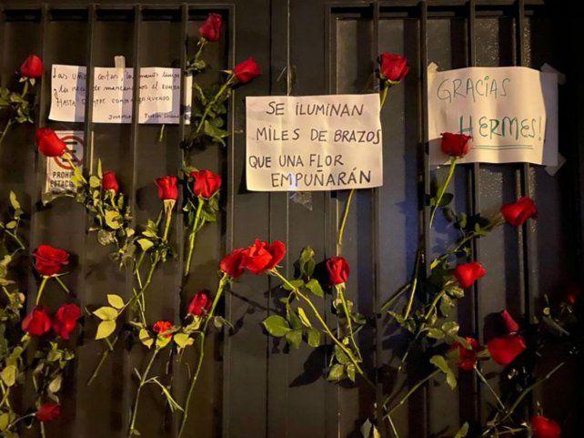 Flores y carteles hechos a mano, la forma en que la gente eligió despedir a Binner