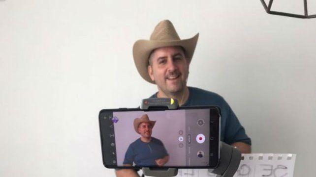 El periodista Juan Junco fue el invitado sorpresa del video.
