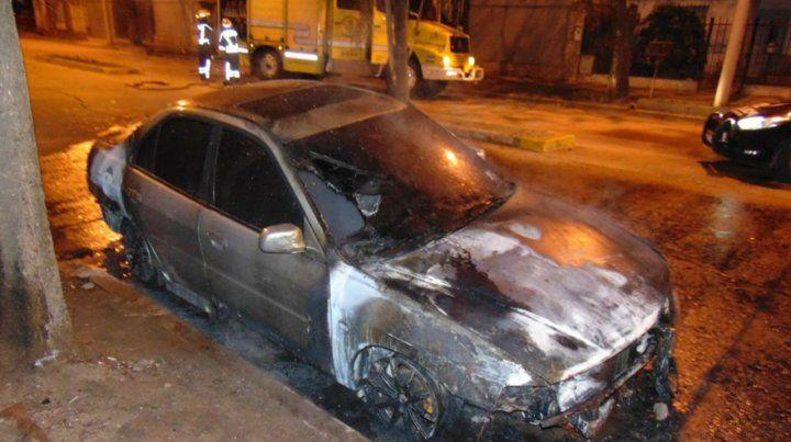 El Mitsubishi del novio de una enfermera que dio positivo de Covid-19 terminó envuelto en llamas.