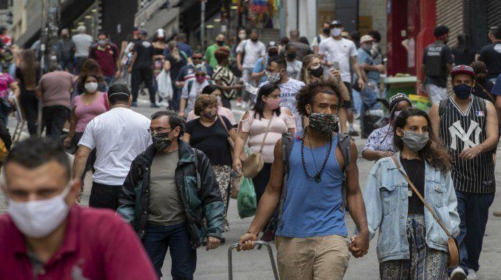 Los peatones caminan por un distrito comercial del centro de San Pablo.