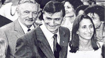Binner asume como intendente en 1995. Aquí, flanqueado por Estévez Boero y una de sus hijas mellizas.