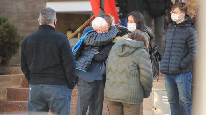 El dirigente Juan Carlos Zabalza se abraza con familiares de Binner frente a la sala velatoria.