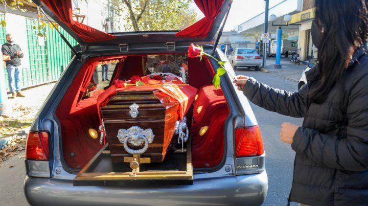 El féretro fue cubierto con rosas rojas y las banderas argentina y del socialismo.