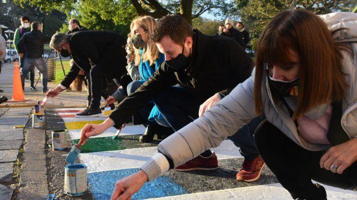 Concejales de la ciudad pintaron la senda peatonal del Concejo con los colores LGTBIQ+.