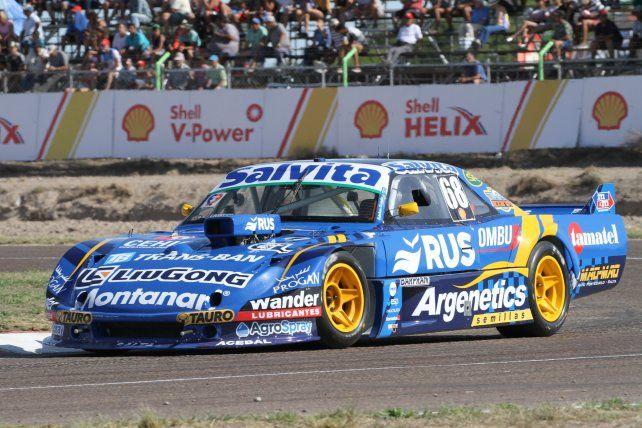 La Dodge del Rus Med Team de Rosario, con el 68 de Cístola. Viene 6º en el campeonato de TC Pista.