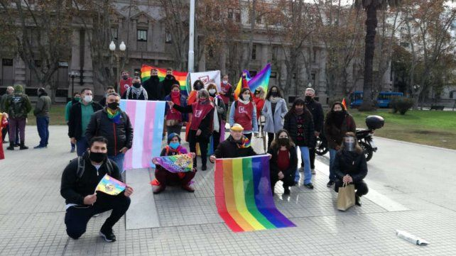 Quisieron impedir el izamiento de la bandera del orgullo en Plaza San Martín
