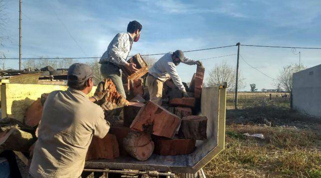 Carreras recibió cinco mil kilos de leña para paliar el frío