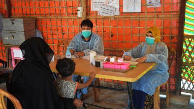 Diagnóstico de una paciente en la clínica de salud primaria Jamtoli de MSF en el campo de refugiados de Cox's Bazar