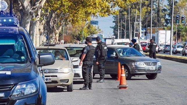 Controles. Los retenes policiales son clave para detectar a quienes se desplazan sin autorización.