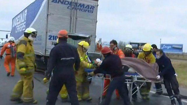 Los bomberos trabajaron por espacio de varios minutos para rescatar al chofer.
