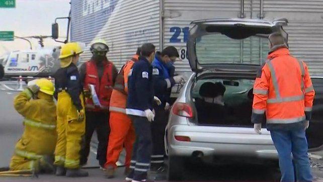 Personal de bomberos trabajó por varios minutos para rescatar al chofer.
