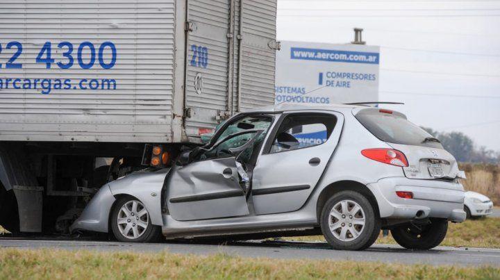 El peogeot 206 se incrustó en la parte trasera de un camión de carga que estaba circulando a muy baja marcha.