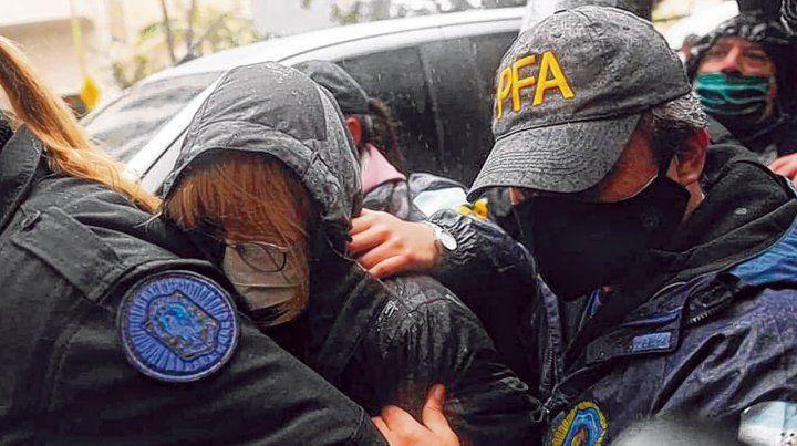 barbijo y esposas. Susana Martinengo fue detenida por orden del juez Federico Villena.