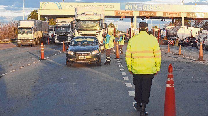 Controles sobre la calzada. La Agencia Provincial de Seguridad Vial aplica un protocolo que incluye toma de temperatura de conductores.