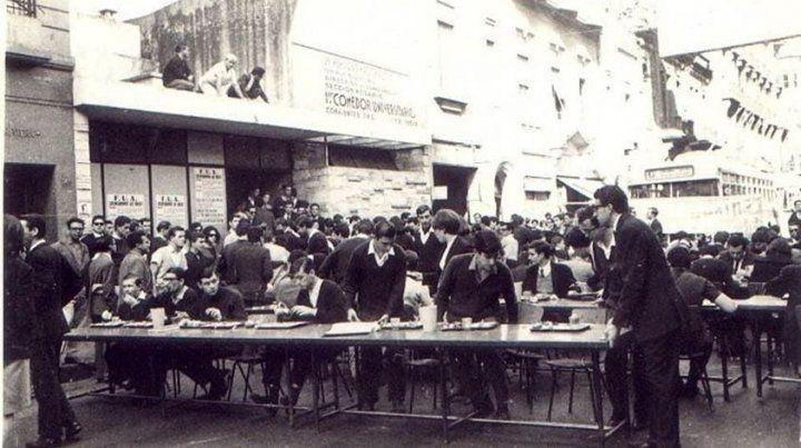 Hermes Binner (en el centro) en el comedor universitario que estaba en calle Corrientes en la década del 60.